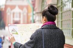 Jong mooi Aziatisch meisje die een toeristenkaart van Moskou houden royalty-vrije stock afbeeldingen