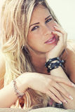 Jong mooi blond meisje, kust met sproeten De zomer Royalty-vrije Stock Foto's