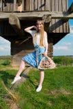 Jong mooi blondemeisje met lang haar op groen gebied in openlucht etnisch dorp Pirogovo royalty-vrije stock fotografie