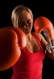 Jong mooi boksermeisje over zwarte achtergrond Stock Foto