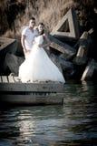 Jong mooi bruids paar die zich bij de rand van het water bevinden royalty-vrije stock afbeeldingen