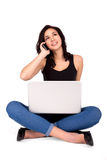 Jong mooi brunette die online het winkelen hebben, sprekend op de telefoon, die omhoog eruit zien Stock Fotografie
