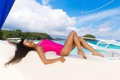 Jong mooi brunette die pret op een tropisch strand op s hebben royalty-vrije stock foto's