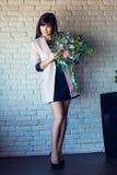 Jong mooi brunette met een boeket Royalty-vrije Stock Foto