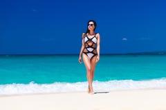 Jong mooi brunette met lang haar in zwart-wit zwempak Stock Foto