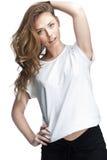 Jong mooi brunette womantouches haar haar Royalty-vrije Stock Fotografie