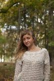 Jong mooi die meisje op een achtergrond van aard wordt gefotografeerd Stock Foto's
