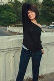 Jong mooi donkerbruin meisje die zich op de brug bevinden Royalty-vrije Stock Fotografie