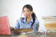 Jong mooi en gelukkig efficiënt Aziatisch Chinees studentenmeisje die aan project met laptop computer werken die zekere zitting g royalty-vrije stock afbeeldingen