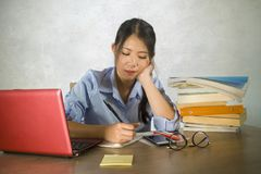 Jong mooi en gelukkig efficiënt Aziatisch Chinees studentenmeisje die aan project met laptop computer zekere zitting op bureau we stock fotografie