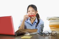 Jong mooi en gelukkig efficiënt Aziatisch Koreaans studentenmeisje die aan project met laptop computer werken die zekere zitting  royalty-vrije stock foto's