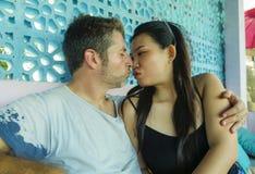 Jong mooi en gelukkig gemengd het behoren tot een bepaald raspaar in en liefde die speels samen met de knappe Kaukasische mens ki stock afbeeldingen