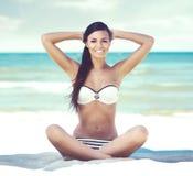Jong, mooi, en sexy meisje in het witte zwempak ontspannen op het strand Het reizen, toevlucht, vakantie, concept Stock Afbeelding