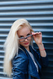 Jong mooi glimlachend blondemeisje met mooie verschijning en lang haar Het portret van een vrouw met lang haar en het verbazen zi stock afbeeldingen