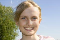 Jong mooi glimlachend meisje Royalty-vrije Stock Foto's