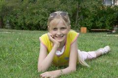 Jong mooi glimlachend meisje Royalty-vrije Stock Fotografie