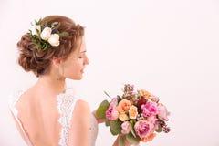 Jong mooi het huwelijksboeket van de bruidholding Stock Afbeelding
