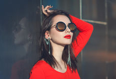Jong mooi hipstermeisje in rode blouse met zonnebril Royalty-vrije Stock Afbeelding