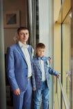 Jong mooi Kaukasisch bruidegommens binnen het vieren huwelijk royalty-vrije stock afbeeldingen