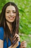 Jong mooi Kaukasisch wijfje met het lange donkere haar glimlachen Royalty-vrije Stock Afbeelding