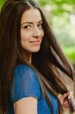 Jong mooi Kaukasisch wijfje met lange dark Stock Afbeeldingen