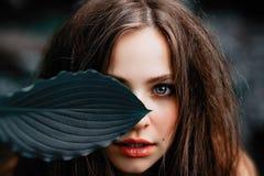 Jong, mooi, magisch meisje met blauwe ogen en sappige lippen Stock Afbeeldingen