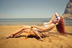 Jong mooi meisje bij het strand stock foto