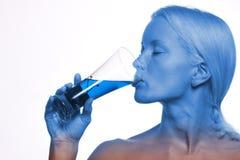 Jong mooi meisje dat een cocktail drinkt Stock Afbeelding