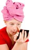 Jong mooi meisje dat in spiegel kijkt royalty-vrije stock afbeeldingen