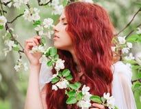 Jong mooi meisje in de tuin Stock Foto