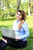 Jong mooi meisje die aan openlucht laptop werken, liggend op gras, Kaukasische 20 jaar oud stock foto's