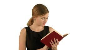 Jong mooi meisje die een boek op laptop verder lezen stock footage