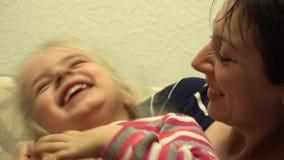 Jong Mooi Meisje die en Pret met Moeder hebben lachen 4K UltraHD, UHD stock footage
