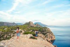 Jong mooi meisje die langs de kust van de Middellandse Zee reizen royalty-vrije stock foto