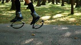 Jong mooi meisje die sporten in het park doen Een vrouw springt op speciale schoenen voor geschiktheid stock video