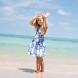 Jong mooi meisje die zich op strand bevinden royalty-vrije stock afbeelding