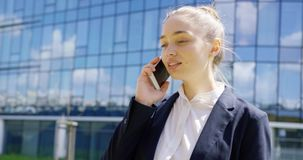 Jong mooi meisje in formele sprekende telefoon stock footage