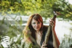 Jong mooi meisje in het beeld van een meermin op de kust van a royalty-vrije stock fotografie