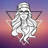 Jong mooi meisje hipster met een tatoegering op haar hals, glazen en een hoed op een vage achtergrond met driehoeken Stock Fotografie