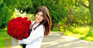 Jong mooi meisje met bloemen Royalty-vrije Stock Foto