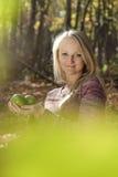 Jong mooi meisje met de appelen. Stock Afbeeldingen