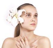 Jong mooi meisje met een bloem die omhoog eruit ziet Royalty-vrije Stock Foto's