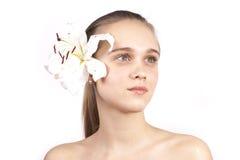 Jong mooi meisje met een geïsoleerde bloem Royalty-vrije Stock Fotografie