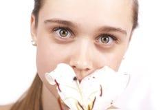 Jong mooi meisje met een geïsoleerdeM bloem Royalty-vrije Stock Foto's