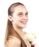 Jong mooi meisje met een geïsoleerdem bloem Royalty-vrije Stock Afbeelding
