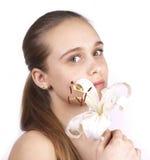 Jong mooi meisje met een geïsoleerdeo bloem Royalty-vrije Stock Foto's