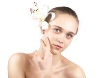 Jong mooi meisje met een geïsoleerdeo bloem Stock Fotografie