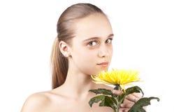 Jong mooi meisje met gele bloem Royalty-vrije Stock Afbeelding