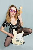 Jong mooi meisje met gitaar Stock Afbeeldingen
