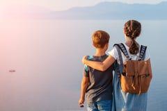 Jong mooi meisje met haar jongere broer die langs de kust van de Middellandse Zee reizen royalty-vrije stock fotografie